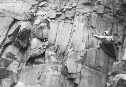 Lucy Smith und Pauline Ranken klettern an den Salisbury Crags/Edinburgh, 1908. (Foto: The Ladies' Scottish Climbing Club)