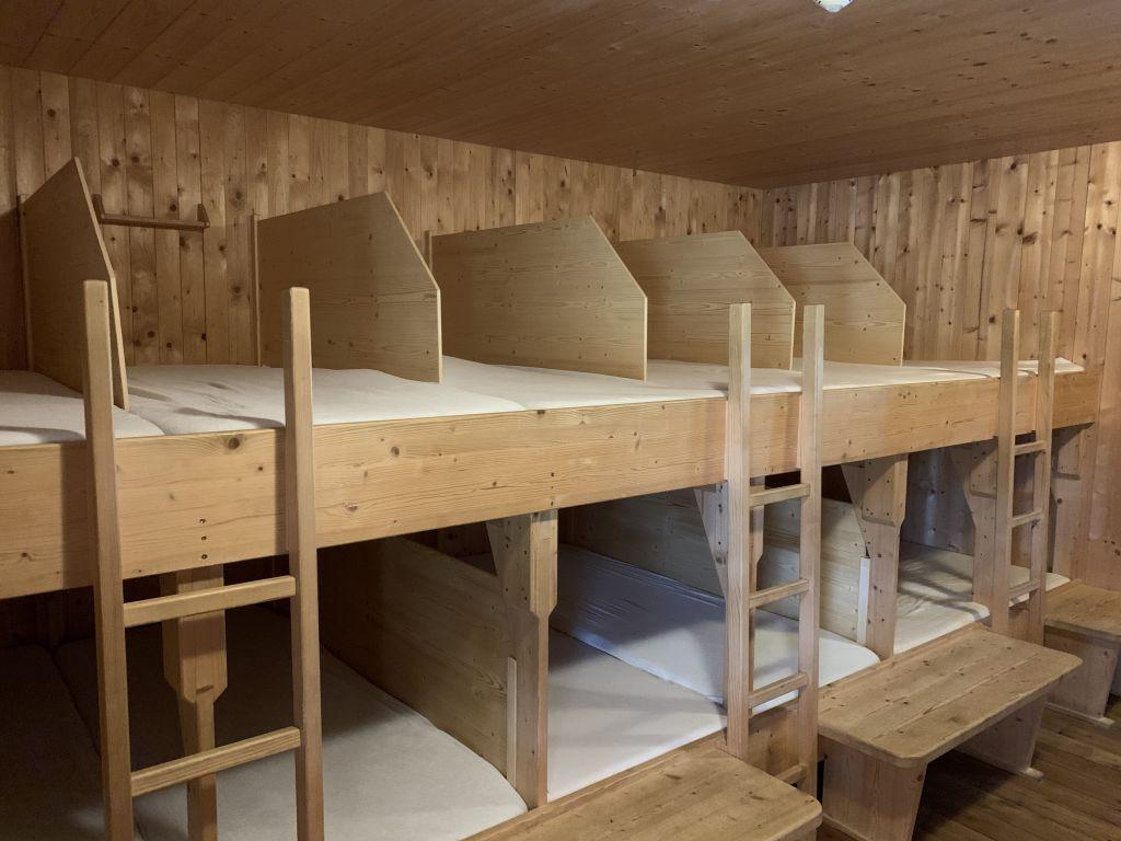 Erfolgreiche Corona-Maßnahme auf Hütten: Eingebaute Trennwände in einem Schlaflager auf der Lizumerhütte in Tirol. (Foto: Romed Giner)