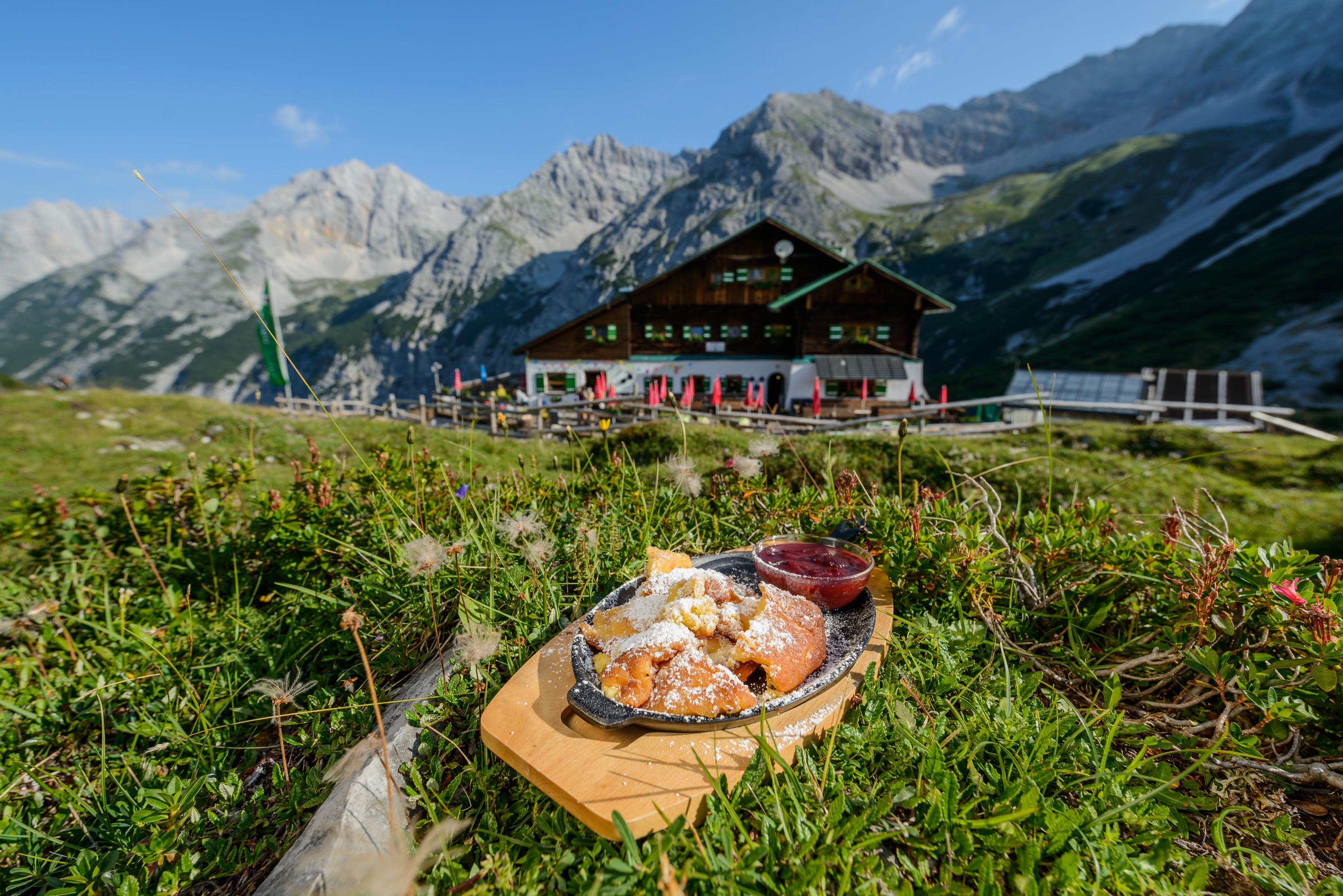 Kaiserschmarrn gab es auch diesen Sommer auf der Pfeishütte im Karwendel. (Foto: Alpenverein/Norbert Freudenthaler)